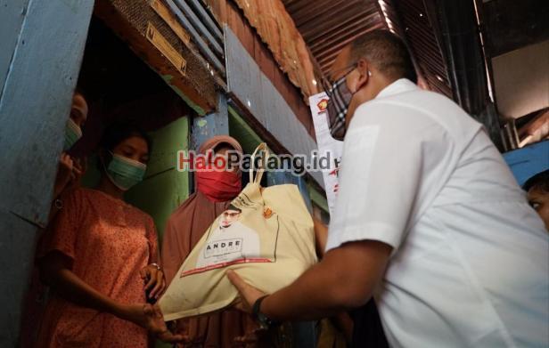Andre Bagikan Ratusan Sembako di Padang Selatan 1