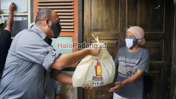 Usai Pelantikan Wali Kota, Andre Rosiade Sebar Ratusan Sembako di Bukittinggi 1