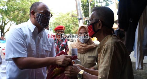 Ratusan Lansia di Batang Arau dapat Bantuan Sembako dari Andre Rosiade 1