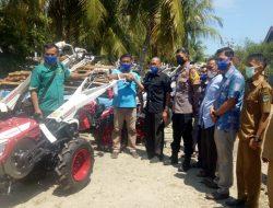 Nurnas Bantu Hand Traktor untuk Kelompok Tani Batang Anai dan Lubuk Alung